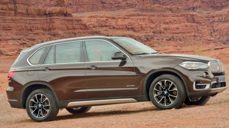 00 BMW X5 2014 brun fra siden