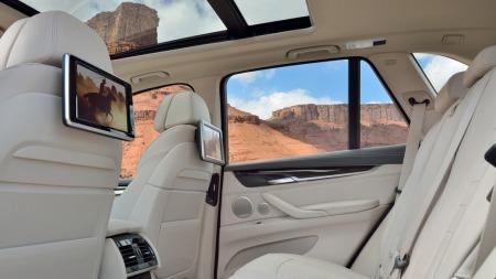 00 BMW X5 2014 interiør bak hvitt
