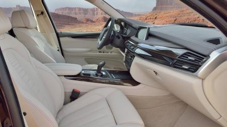 00 BMW X5 2014 interiør foran hvitt