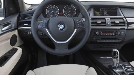 Det er en del endringer på interiøret i forbindelse med faceliften som kom i 2011-modellene. Blant annet det nye iDrive-systemet, med hurtigvalgknapper rundt menyhjulet.