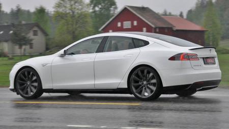 Tesle Model S bakfra i action