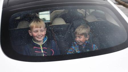 Mats og Eirik storkoser seg i baksetene med utsikt ut bakvinduet. Men voksne eller ungdommer får ikke plass. Dessverre.