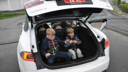 Kameratgjengen står utenfor, og beksrivelsen av kjøreturen er i gang før gutta har kommet seg ut av setet.