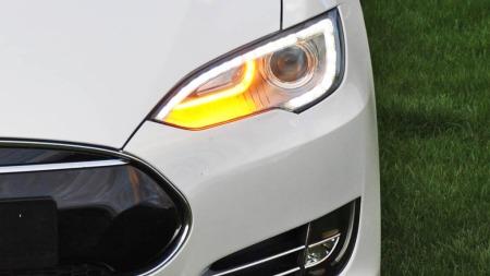 Sportslig desig på lyktene med LED-belysning og xenon er tøffe greier. Grillen, eller det som ved første øyekast ser ut som en grill, er i realiteten bare et deksel. Dette er verdens mest aerodynamiske produksjonsbil.
