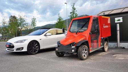 Ikke alle elbiler er like ... Den røde doning til høyre kjører posten i Modum. Den passer nok bedre til manges oppfatning av hva en elbil skal være.
