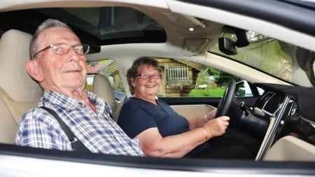 Arne Hølen og Anne Kjersti Hølen er tilfeldigvis på besøk, og får en helt ny oppfatning av hva elbil er for noe etter etter møtet med Model S. - Dette er vel fremtiden, sier de.