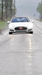 Tesle Model S detalj høyde kommer rett mot kamera