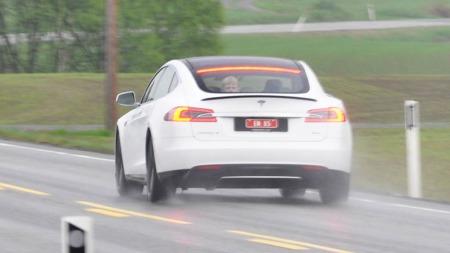 Tesla Model S er spesiell på mange områder. Blant annet kan bilistene bak deg plutselig få se et barnehode eller to som stikker opp i bagasjerommet ...