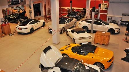 Tesla har kontor på Alnabru - og her har det så smått begynt å komme inn en del testbiler. Snart kommer også kundenes biler på plass ...