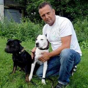 DISKRIMINERT: Kjell-Roar Øverlier misliker at hundene hans, som han omtaler som verdens snilleste, blir diskriminert på grunn av rase. (Foto: Privat)
