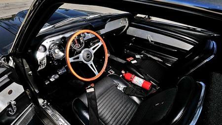 På innsiden var ikke bilen forandret like mye som utvendig - mest påfallende er et annet ratt, girkule med kontrollbryter for lystgassen og en ny turteller. (Foto: Mecum Auctions)