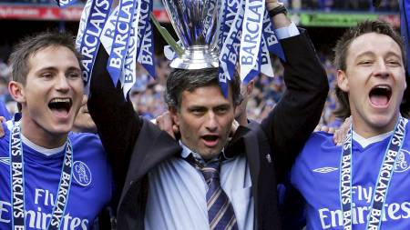 In a file picture taken on May 7, 2005 Chelsea's Portuguese manager Jose Mourinho (C) holds aloft the English Premier League trophy beside midfielder Frank Lampard (L) and defender John Terry (R) during the celebrations after the game against Charlton at Stamford Bridge in London. Jose Mourinho has been appointed as Chelsea manager for a second time, the Premier League club confirmed on June 3, 2013. Following weeks of speculation, the 50-year-old Portuguese has signed a four-year contract with the club he previously coached between 2004 and 2007.  AFP PHOTO / ADRIAN DENNIS (Foto: ADRIAN DENNIS/Afp)
