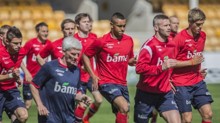 FØRSTE ØKT: Joshua King og resten av landslaget hadde sin første økt på Åråsen mandag.  (Foto: Stian Lysberg Solum)