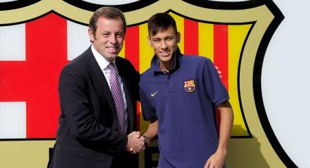 OFFISIELT: Her poserer Neymar   sammen med Barcelona-president Sandro Rosell etter å ha fullført den   medisinske testen.