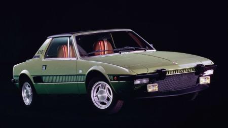 Sterkt kileformet og ulikt alt annet skilte Fiat X1/9 seg ut da den kom. Meningene var mange, og når man ser fargekombinasjonen på eksteriør og interiør på brosjyrefotoet kan man jo forstå det i dag...