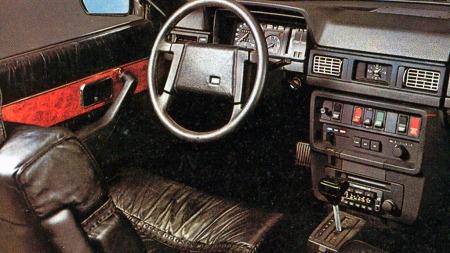 Volvo var traust også på innsiden, og 262 C ble en blanding av det veeeldig velkjente med nærmest ekstremt jålete lakkert edeltre og skinntrekk med rynker og flettverkspynt.