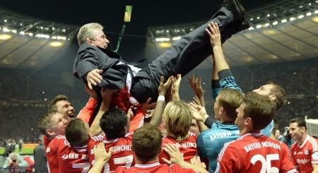 FIN AVSKJEDSGAVE: Bastian Schweinsteiger og de andre Bayern München-spillerne har gitt Jupp Heynckes litt av en pensjonsgave med tre pokaler.
