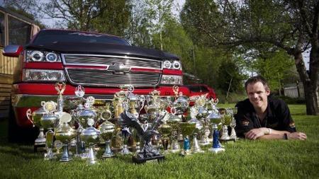 Kronjuvelen i Lars Jørgen Dahls garasje er den spesielle Chevrolet pickupen hans, som alene har dratt inn over 100 pokaler for sin eksepsjonelt flotte tilstand. (Foto: Lisbeth Andresen, rb.no/ANB)