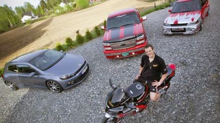 Lars Jørgen Dahl fra Råholt har tre biler og en motorsykkel, som han bruker alt han har av tid og penger på å holde i utstillingsstand. (Foto: Lisbeth Andresen, rb.no/ANB)