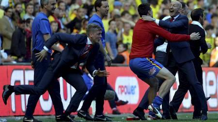 JUBLENDE PARR: Jonathan Parr er på vei ut på banen for å feire sammen med lagkameratene etter sluttsignalet på Wembley. (Foto: TOBY MELVILLE/Reuters)