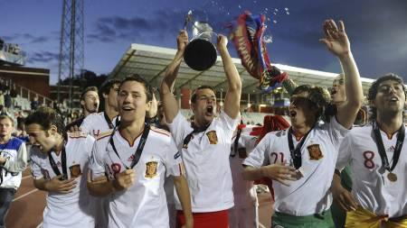 VANT SIST: Spania-spillerne feirer finaletriumfen mot Sveits i Århus for to år siden, og er favoritter til å seire på ny denne sommeren. (Foto: CLAUS FISKER/Afp)
