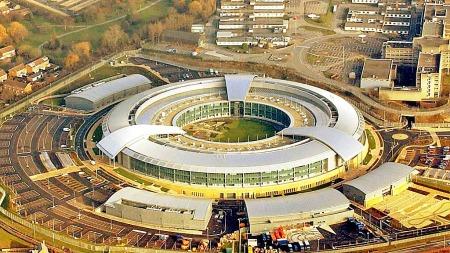 Forkortelsen GCHQ står for Government Communications Headquarters,   og er den britiske signaletterretningstjenesten.