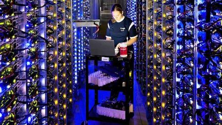 En ansatt i Google i et av selskapets datasentre, der brukernes   e-poster, bilder og andre personlige opplysninger lagres.