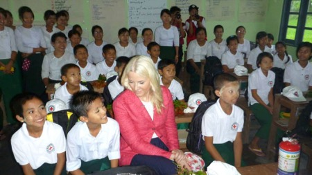 MØTTE LOKALBEFOLKNINGEN: Mette-Marit møtte både barn og voksne i tilknytning til Røde Kors sine sentre i Myanmar.  (Foto: Røde Kors)
