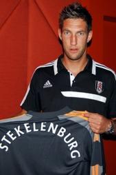 POSERER: Maarten Stekelenburg med sin nye drakt. (Foto: fulhamfc.com)