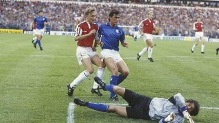 LEKTE MED ITALIA: Lars Bohinen har nettopp satt inn 2-0 bak Walter Zenga i Italias mål. (Foto: Hanssen, Eystein/NTB scanpix)
