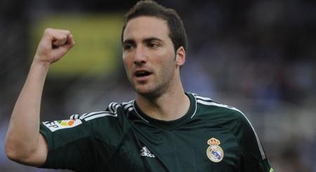 SKAL, SKAL IKKE: Gonzalo Higuain kan bli værende i Real Madrid. Eller han kan dra til Arsenal.