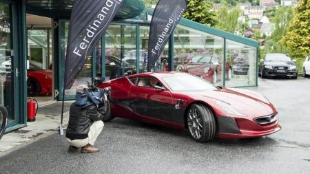 Det er kanskje ikke helt overraskende at det er Ferdinand Motor som har fått Rimac Concept One til Norge. Forhandleren i Bergen har i en årrekke drevet med import av eksklusive biler. Foto: Eirik Hagesæter, BA/ANB