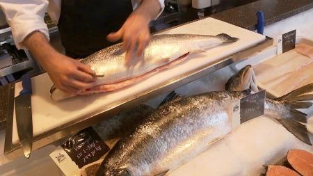 ADVARER: Mens norske helsemyndigheter anbefaler nordmenn å spise sjømat tre ganger i uken, advarer barnelege Anne-Lise Bjørke Monsen mot at barn og gravide spiser så mye som ett gram oppdrettslaks. (Foto: TV 2)