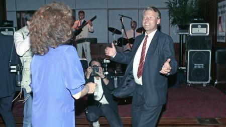 Carl og Eli danser seiersdansen etter partilederdebatten i 1989 (Foto: Nedrås, Knut)