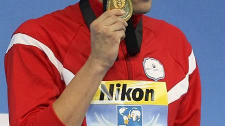 POSERER: Mads Glæsner med gullmedaljen fra 1500 meter fri. Den får han beholde. (Foto: Thanassis Stavrakis/Ap)