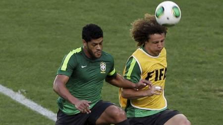 Hulk og Luiz (Foto: Natacha Pisarenko/Ap)