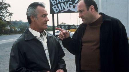 SOPRANOS: Skuespillerne James Gandolfini og Tony Sirico i rollene som Tony Soprano og Paulie Walnuts fra HBO-serien «The Sopranos» (Foto: Stella)