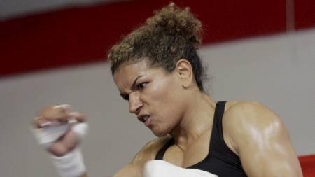 SELV TIDLIGERE BOKSER: Diana Prazaks trener Lucia Rijker har selv en karriere som bokser. (Foto: JAE C HONG/Ap)