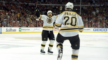 MATCHVINNER: Daniel Paille jubler etter å ha satt inn 2-1 i overtiden og sikret Boston Bruins seieren. (Foto: Harry How/Afp)