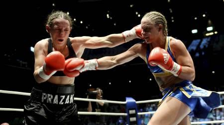 KREVENDE KAMP: Diana Prazak og Frida Wallberg i aksjon tidligere i kampen fredag. (Foto: SCANPIX SWEDEN/Reuters)