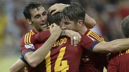 KUNNE FEIRE: Roberto Soldado gratuleres av lagkameratene etter å ha satt inn 2-0-målet til Spania. (Foto: DANIEL GARCIA/Afp)