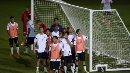 DØDBALLTRENING: Tahitis spillere trener på corner forut for åpningskampen mot Nigeria mandag. (Foto: EITAN ABRAMOVICH/Afp)