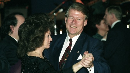 Carl og Eli danser sammen på Frp landsmøte i 1995 (Foto: Scanpix)