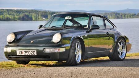 Noen biler gjør større inntrykk enn andre. Porsche 911 av det gamle slaget, med de runde, nærmest vertikale lyktene, forskjermer som biler opp av panseret og brede hofter, er tidløst og tøft. Synes artikkelforfatteren. Kona er imidlertid ikke enig ...