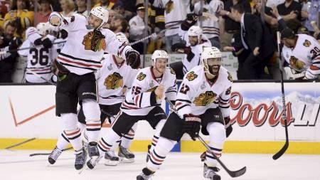 GLEDE: Johnny Oduya leder an jubelscenene etter Chicago Blackhawks har vunnet Stanley Cup. (Foto: Harry How/Afp)