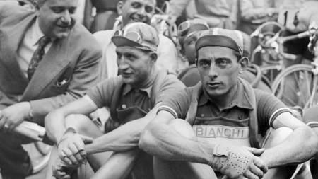 Picture taken in July 1949 of Italian cyclists Gino Bartali (L) and Fausto Coppi (R) waiting before the start of a stage of the Tour de France. The two champions won 2 Tour de France each : Bartali in 1938 and 1948, Coppi in 1949 and 1952. (Foto: Scanpix/AFP)