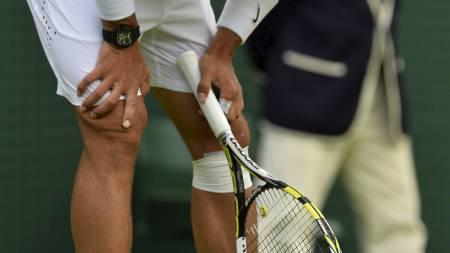 KNETRØBBEL: Rafael Nadal slet med et vondt kne da han røk ut av Wimbledon-turneringen mandag. (Foto: BEN STANSALL/Afp)