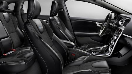 R-Design betyr også at interiøret er vesentlig tøffet opp, dette er en sporty bil også inni.