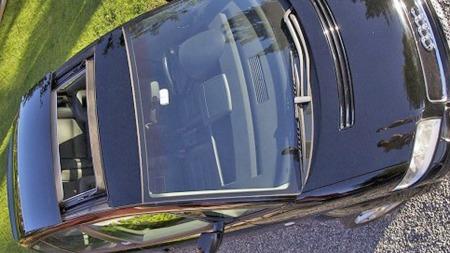 Audi A2 var en meget spesiell bil, og det skulle bare mangle at taket hadde vært helt som på alle andre, også. Denne er godt utstyrt, med både skinninteriør og stor takluke, som altså legger seg utenpå taket når den åpnes. (Foto: Finn.no)