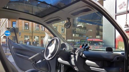 Med glasstak blir det enda mer luftig enn normalt inne i en Smart Fortwo. Bruker du bilen der den er mest logisk å bruke, kan du få se litt blå himmel mellom alle de høye husene. (Foto: Finn.no)